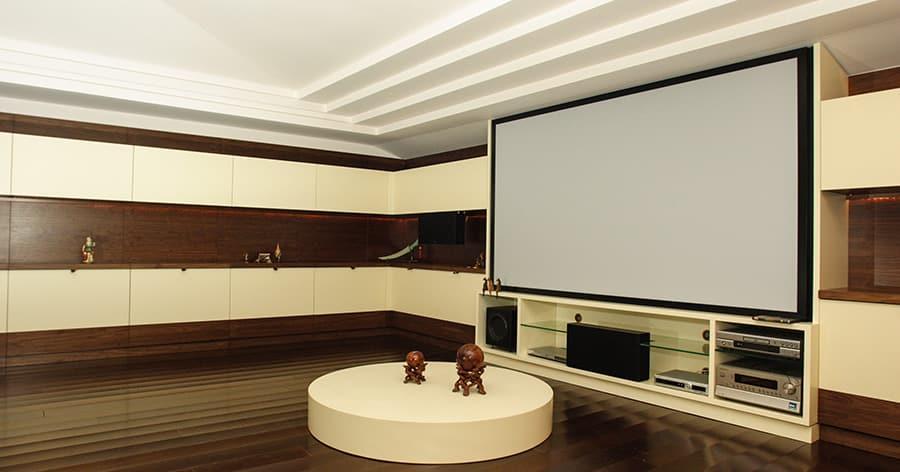 Mit einem Surround System-das Kino nach Hause holen