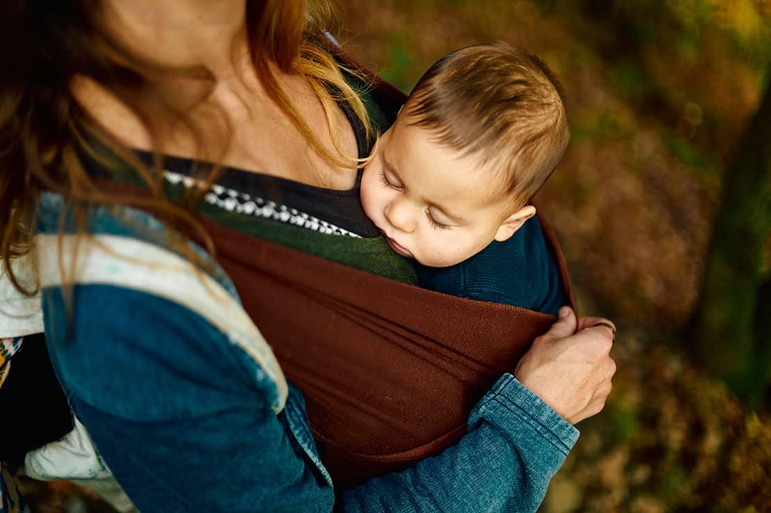 Babytrage und Tragetuch – zwei Alternativen zum Kinderwagen