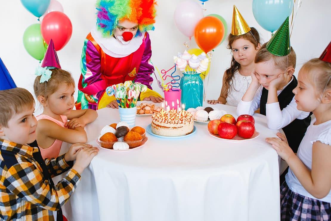 Den Kindergeburtstag planen und fröhlich feiern
