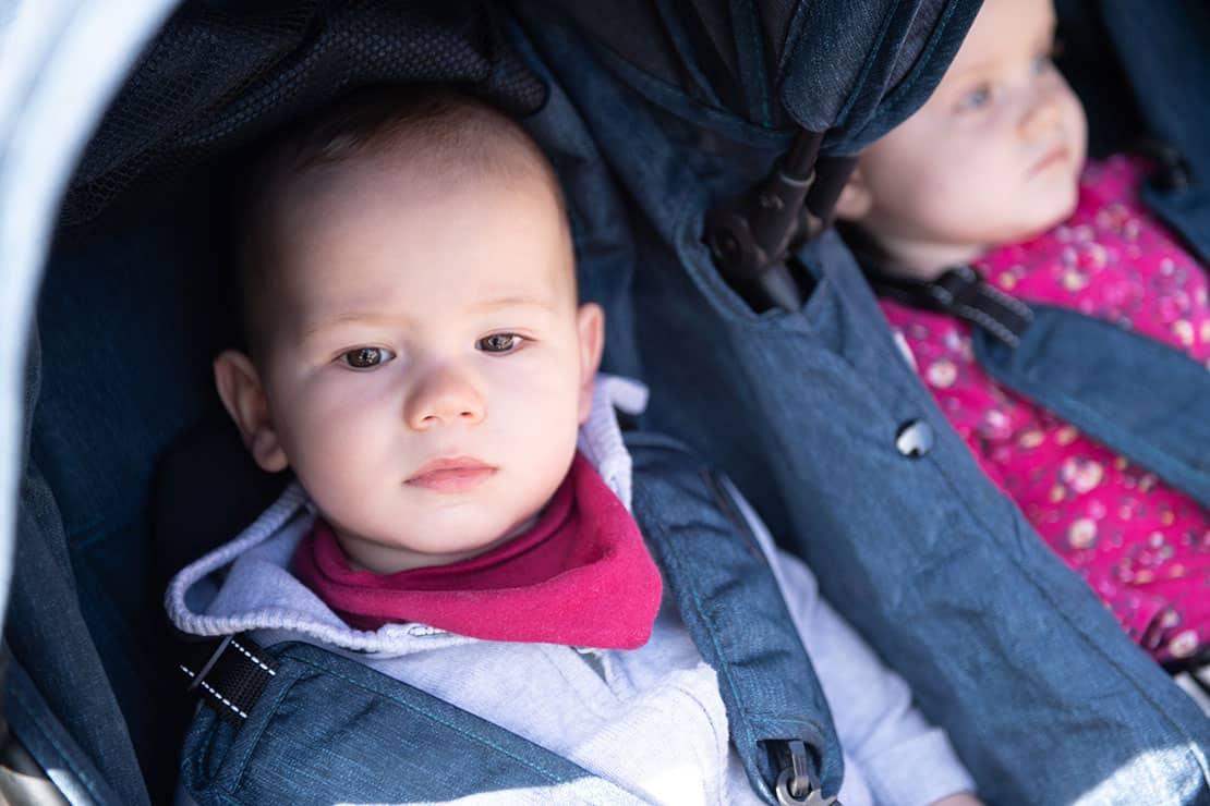 Kinderwagen für Zwillinge – wie sollen die Kinder sitzen?