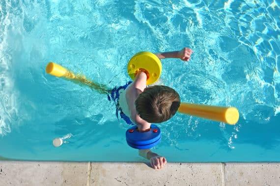 Sichere Schwimmhilfen für kleine und größere Kinder